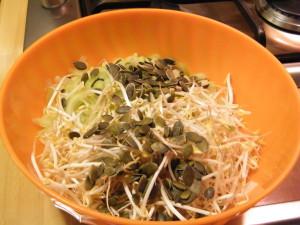 insalata sedano finocchio ricetta germogli soia semi zucca salsa